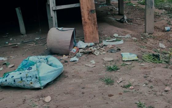 Lixo de uma família na Aldeia de Mutum (Foto:  Roberto Herrera)