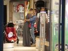 Bruno Gagliasso e Giovanna Ewbank fazem compras para a filha