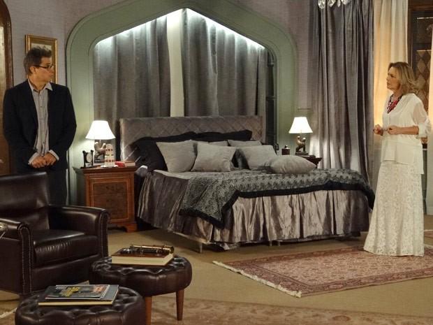 Charlô vasculha o quarto inteiro em busca de Vânia (Foto: Guerra dos Sexos / TV Globo)