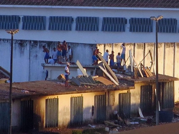 Presos sobem em telhados em Alcaçuz, no RN, para evitar confronto com facções (Foto: Fred Carvalho/G1)
