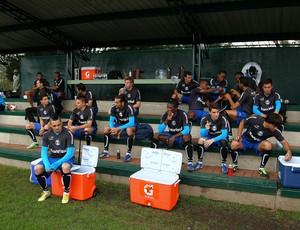 Jogadores do Grêmio aguardam começo de treino em Bogotá (Foto: Lucas Uebel/Grêmio FBPA)