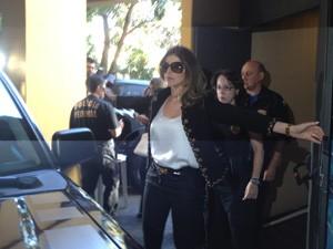 Andressa Mendonça, mulher de Cachoeira, é revistada na entrada da sala onde ocorrem as audiências (Foto: Versanna Carvalho)