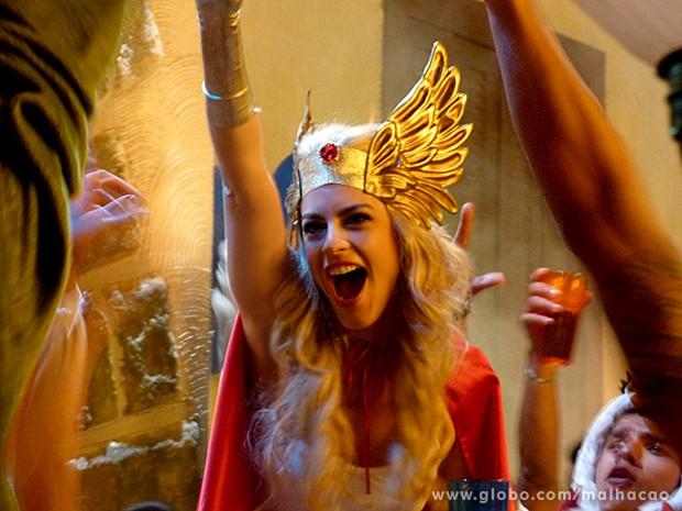 Luciana pira na festa cosplay e faz até discurso para a galera (Foto: Malhação / TV Globo)