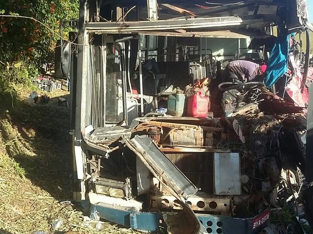 Dos passageiros do ônibus, nove estão em estado grave após batida entre ônibus e caminhão na BR-459, entre Congonhal e Pouso Alegre, MG (Foto: Polícia Rodoviária Federal)