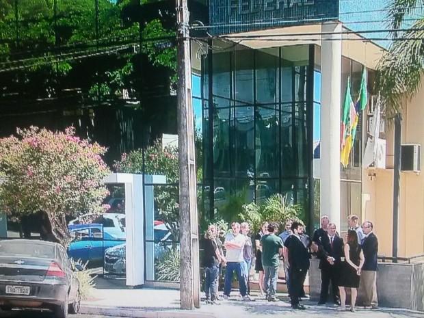 Ato em Santa Rosa reuniu cerca de 15 pessoas (Foto: Jonas Santos/RBS TV)