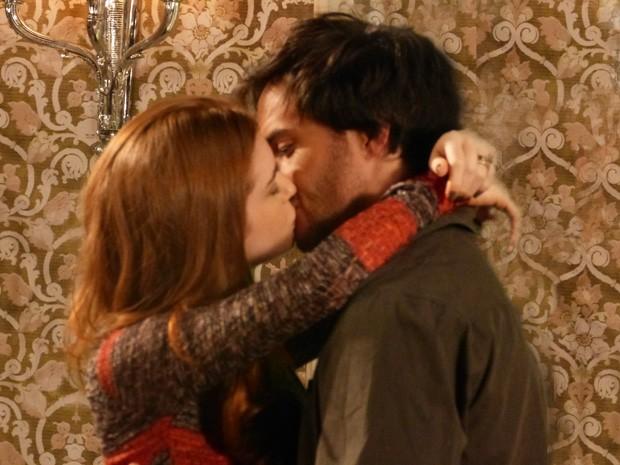 Nicole e Thales se beijam (Foto: Amor à Vida / TV Globo)
