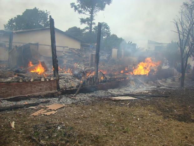 Conveniência e casa das vítimas ficaram destruídos pelo fogo (Foto: Vilson Nascimento/ A Gazetanews)