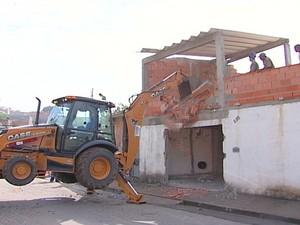 Demolição aconteceu na manhã desta sexta-feira (Foto: Reprodução/TV Diário)