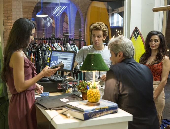 Mesquita aparece e paga as compras de Peppino (Foto: Felipe Monteiro / Gshow)