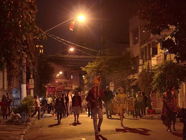 Em 'Bom Retiro 958 Metros', o público deixou o teatro para caminhar pela rua (Foto: Flavio Morbach Portella)