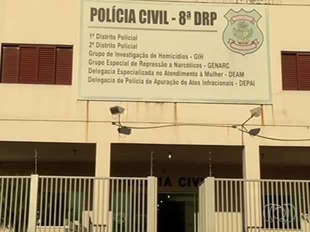 Homem é preso suspeito de matar a mulher ao ir a delegacia assinar documento, em Rio Verde, Goiás (Foto: Reprodução/ TV Anhanguera)