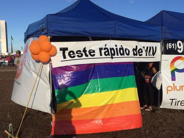 Tenda para teste rápido de HIV instalada no gramado do Congresso Nacional neste domingo (26), durante a 19ª Parada do Orgulho LGBT em Brasília (Foto: Mateus Vidigal/G1)
