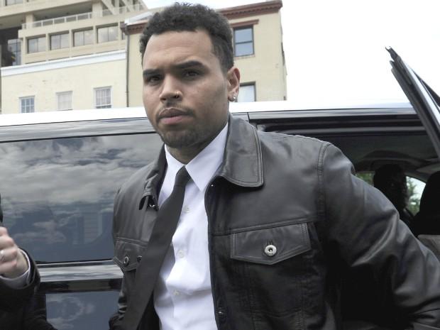 Chris Brown chega ao tribunal em Washington, nesta quarta-feira (25). Vítima acusa o cantor de agressão enquanto tentava tirar uma foto (Foto: Susan Walsh/AP Photo)