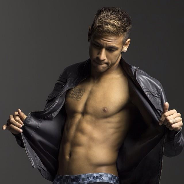 Neymar mostra abdômen sarado e filosofa na web