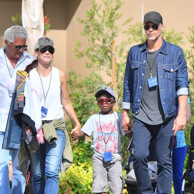 Sandra Bullock com o namorado e os filhos (Foto: Grosby Group)