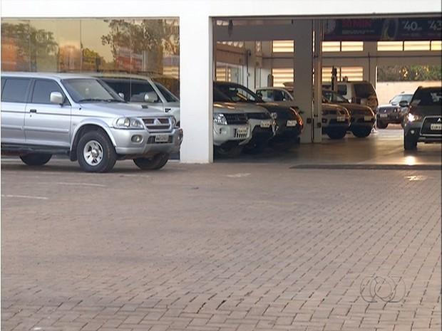 Duas caminhonetes foram furtadas em concessionária de Palmas (Foto: Reprodução/TV Anhanguera)