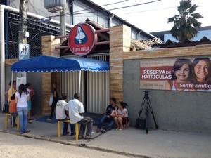 SÁBADO (8) - RECIFE (PE) - Colégio Santa Emília, onde candidata do Enem passou mal e morreu antes de começar a prova (Foto: Anna Tiago / G1)