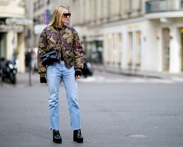 O jeans cintura-alta continua firme e forte como tendência (Foto: Imaxtree)