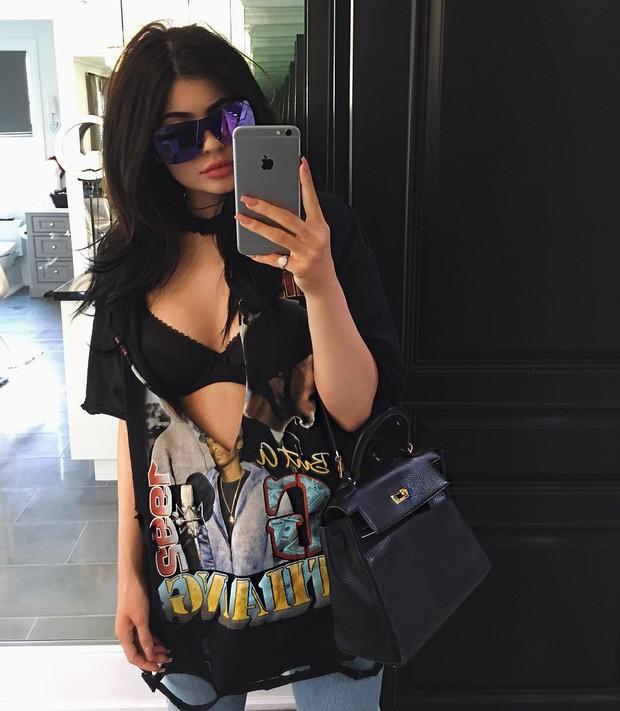 Kylie Jenner usa blusa rasgada (Foto: Instagram / Reprodução)