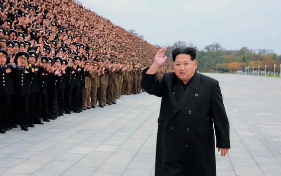 Kim Jong-un acena com oficiais do exército em evento militar.Fora do país,ele está cada vez mais isolado (Foto: KCNA Xinhua / eyevine/AFP)
