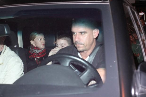 Madonna deixa hotel no Rio (Foto: Marcello Sá Barreto/Photo Rio News)