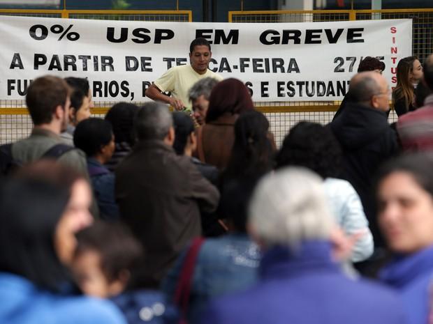 Professores, funcionários e alunos da USP entram em greve  contra o congelamento de salários das categorias.  (Foto: Nilton Fukuda/Estadão Conteúdo)