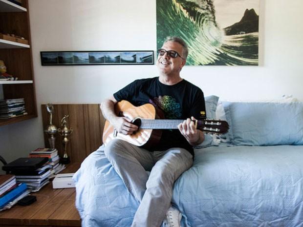 Pedro Bial se diverte com o violão do filho Theo (Foto: Marcelo Correa/TV Globo)