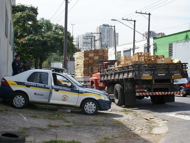 Caminhão com caixaria apreendido na região do Ceagesp (Foto: Monique Correa/SMSU)