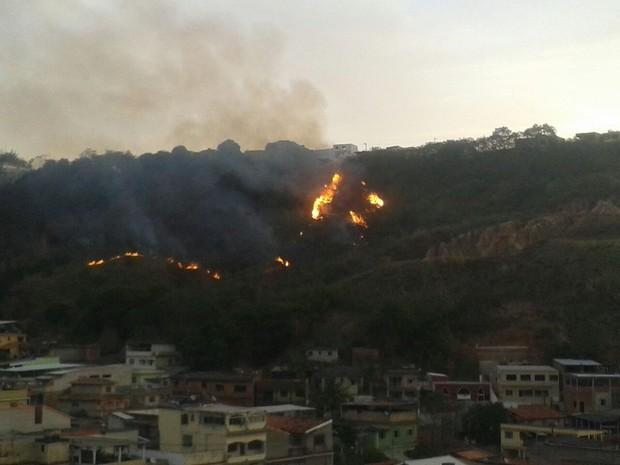 Fogo consome vegetação no bairro Mangueira, em barra Mansa, no Sul do RJ (Foto: Flavio Alvarenga/Arquivo Pessoal)
