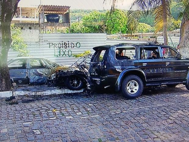 Veículos atingidos pelas chamas estavam estacionados bem próximos (Foto: Inter TV Cabugi/Reprodução)