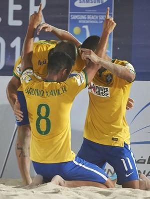 Brasileiros comemoram um dos gols da vitória por 5 a 3 sobre Portugal (Foto: Divulgação/BSWW)