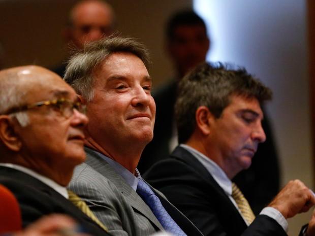 O magnata brasileiro Eike Batista comparece à audiência judicial entre seus advogados no Rio de Janeiro. Batista, que já foi um dos homens mais ricos do Brasil, se defende de acusações de abuso de informação privilegiada e manipulação do mercado de ações (Foto: Ricardo Moraes/Reuters)