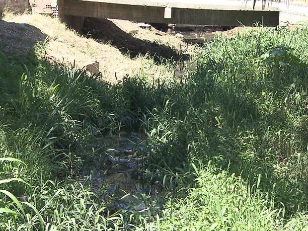Mulher foi jogada dentro de canal (Foto: Imagem/TV Bahia)