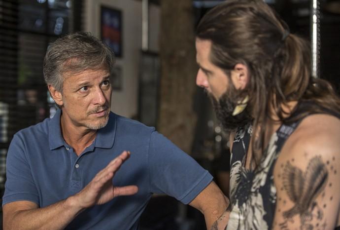 Vittorio dá dicas amorosas para Ralf (Foto: Ellen Soares / Gshow)