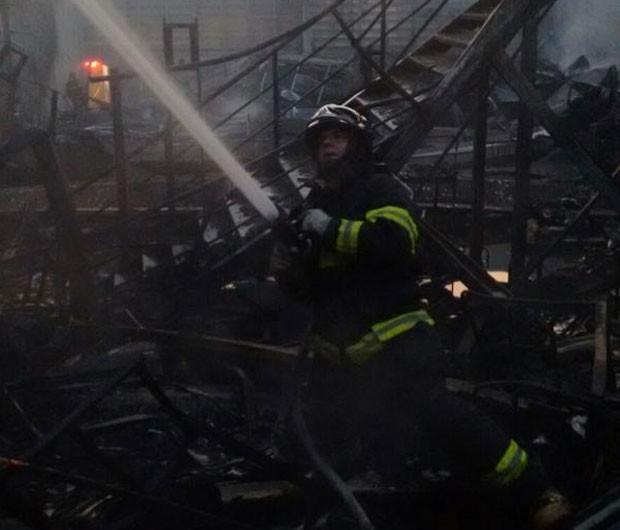 Incêndio em empresa de reciclagem na Mooca deixa feridos nesta sexta-feira (Foto: Divulgação/Corpo de Bombeiros)