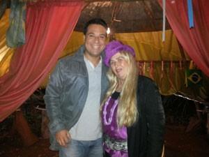 Marcelo Honorato e a Bruxa do Bem em Peirópolis (Foto: Divulgação)