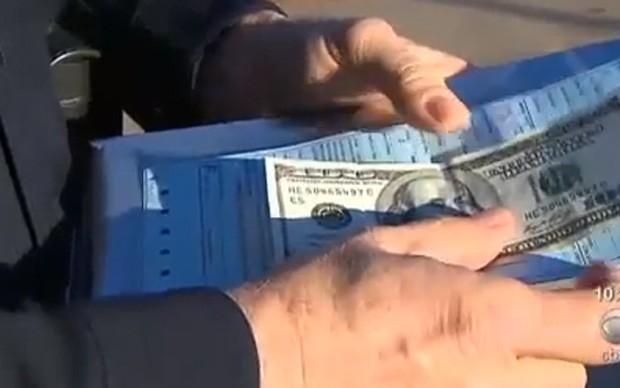 Oficial colocou nota de US$ 100 junto com a multa (Foto: Reprodução)