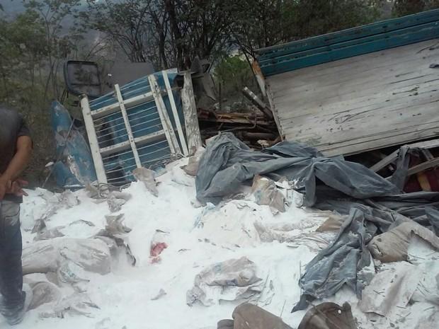 Motorista morre após caminhão cair em ribanceira em Cachoeiro, no Espírito Santo (Foto: Leitor/ A Gazeta)