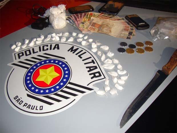 Drogas estavam escondidas em quintal e estante da residência (Foto: Divulgação/ Polícia Militar)
