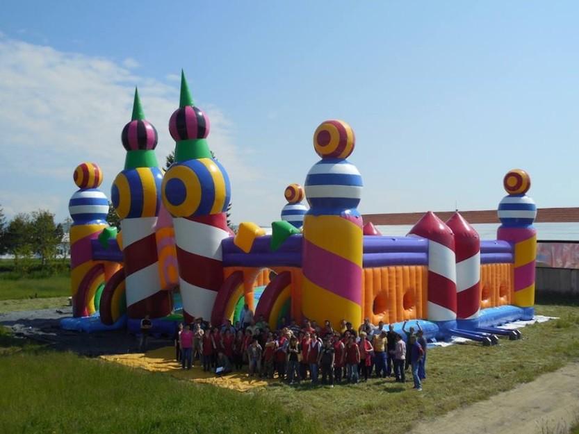 O pula-pula virou uma das principais atrações de evento musical na Inglaterra