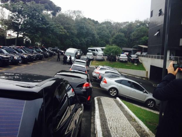 João Vaccari Neto, ex-tesoureiro do PT, entrando na van no pátio da Polícia Federal, em Curitiba, para ser levado ao Complexo Médico-Penal de Pinhais (Foto: Dulcineia Novaes / RPC)
