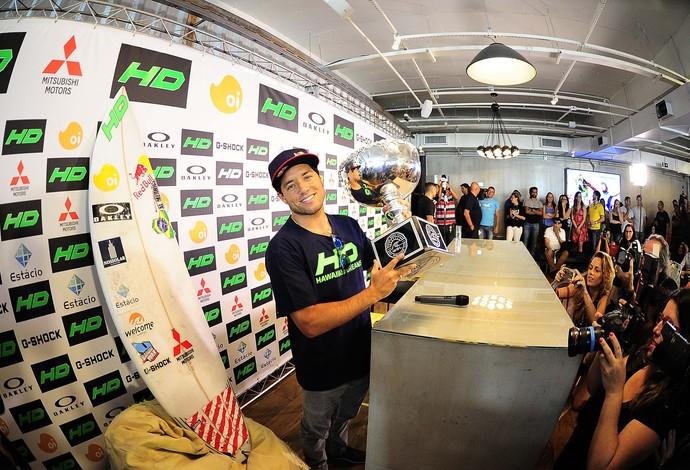 Campeão do mundo o surfista Mineirinho concedeu entrevista em São Paulo (Foto: Marcos Ribolli)