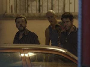 Tufão avista o sequestrador, mas não consegue alcançá-lo (Foto: Avenida Brasil/TV Globo)