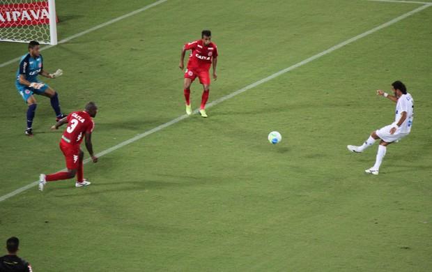 Dênis Marques faz o segundo gol na vitória sobre o América-RN (Foto: Augusto Gomes)