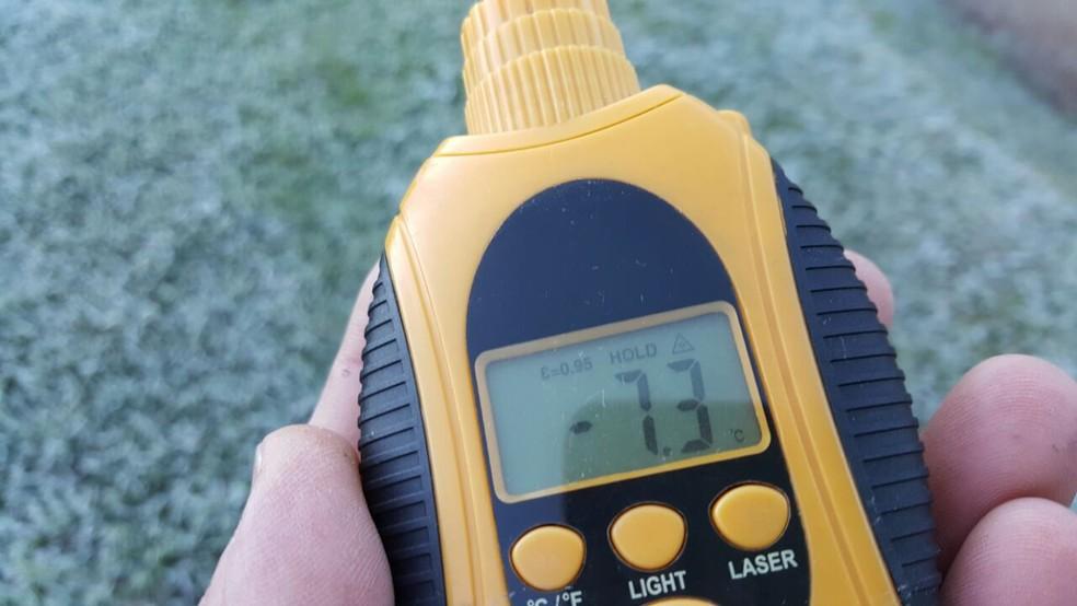 No chão, 'homem do tempo' de Monte Verde, MG, registrou temperatura de -7,3°C às 7h deste domingo (11) (Foto: Nelson Pacheco)