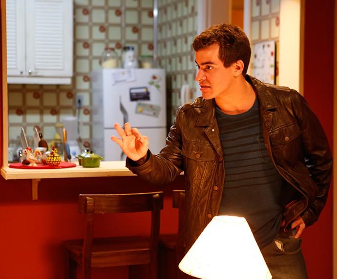 Diogo chama o amigo para ir com ele a boate (Foto: TV Globo)