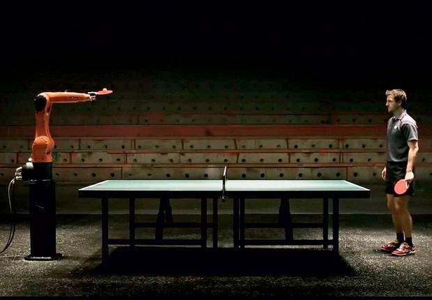 MÁQUINA VERSUS HOMEM O robô Agilus diante de Timo Boll, oitavo melhor jogador de tênis de mesa do mundo. O duelo será em 11 de março (Foto: Reprodução)