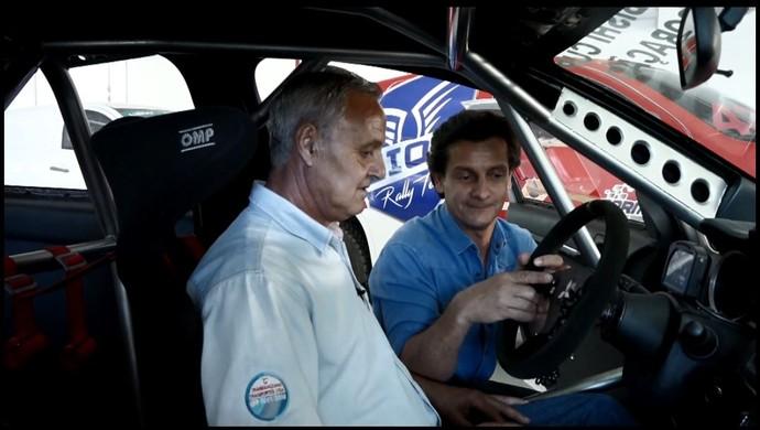 Ibrain da Silva recebe intruções de César Urnhani, sobre os carros de corrida (Foto: reprodução EPTV)