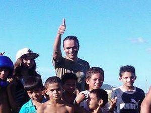 João Ferreira, com crianças da região  (Foto: Facebook/Reprodução)