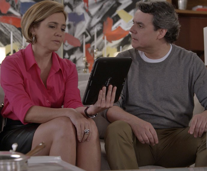 Inês mostra a semelhança entre Murilo e Fabrício (Foto: TV Globo)